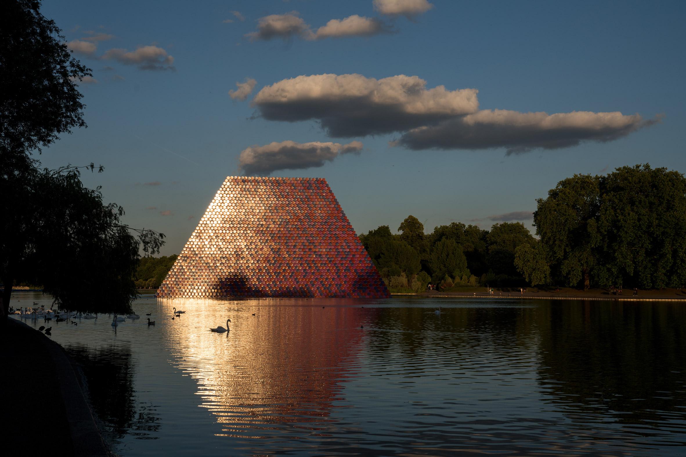 video-christo-jeanne-claude-london-mastaba-serpentine-installation-art-sculpture-movie-wolfgang-volz_d_dezeen_2364_col_3